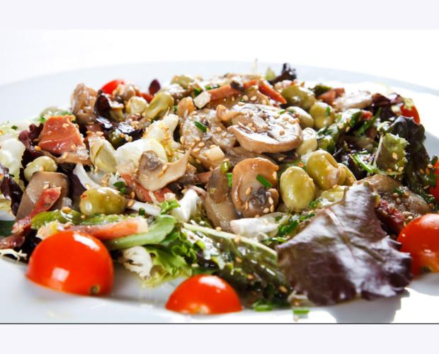 Ensalada templada. Verduras frescas
