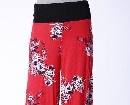 Pantalón Arona. Estampado con flores sobre fondo rojo. Cintura elástica negra.