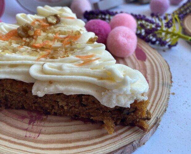 Tarta de Zanahoria. Muy sana y a la vez deliciosa, con nueces y decorada con el glaseado estrella.