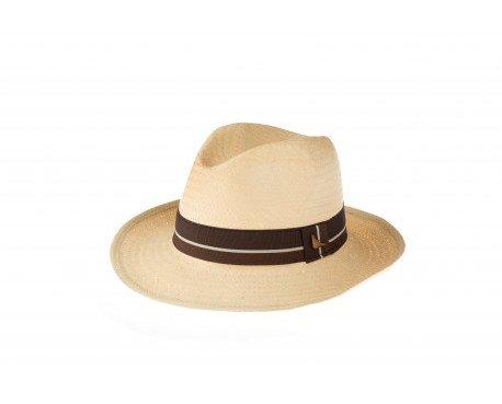 Sombrero gris trilby. Sombrero de verano de ala media. Color camel, cinta bicolor. Logotipo ala marca Gianin en metal color oro.