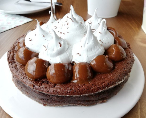 Marquise Nevada. Masa húmeda de chocolate estilo brownie, cubierta de dulce de leche y merengue suizo.