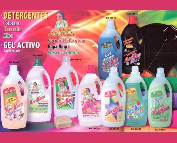 Detergente líquido surtido. Variedad de producto