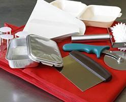 Material Auxiliar. Envases y tapas, cortador de masa, papel antigrasa