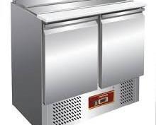 Mesa refrigerada para ensalada. Puerta con cierre automático y guarnición magnética