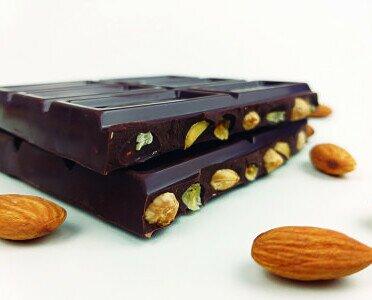 Chocolate con Almendras. Chocolate artesano con 25% de almendras enteras. Muy cremoso es sin lactosa.