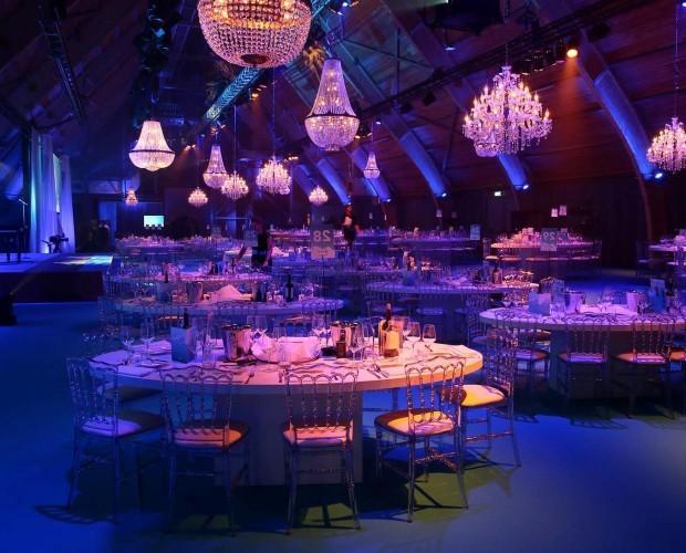 Showlight . mezcla de lamparas de cristal para una cena de gala