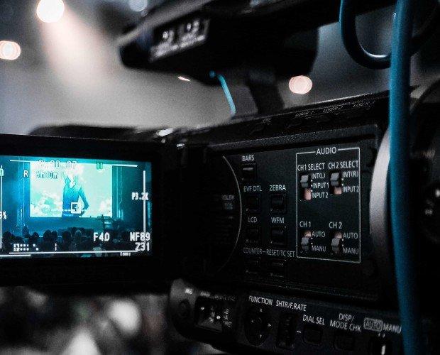 Video transmitido en vivo. La transmisión de su evento en vivo a la web maximiza a su público