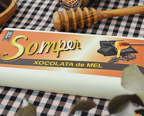 Chocolate miel. Ingredientes: Pasta de cacao, azúcar moreno de caña, manteca de cacao y miel.