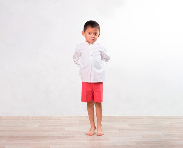 Conjunto ceremonia. Camisa Mateo de lino blanco con bermuda de lino coral y botones de madera.