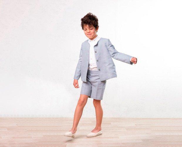 Conjunto ceremonia. Chaqueta Leo de lino con botones militares, pantalones cortos a juego y camisa Lenon.