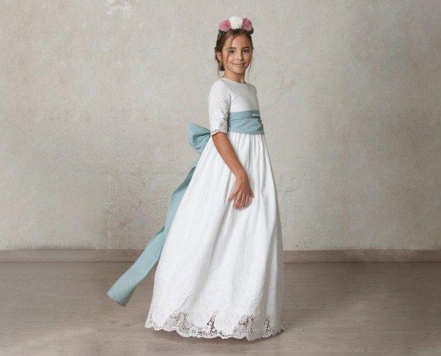 Vestido de Comunión. Vestido Rita en lino bordado. Cuerpo y falda tienen los bordes bordados y calados.