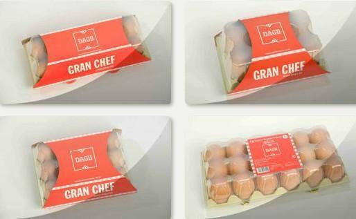 Huevos frescos. Huevos frescos de gallina en varios tamaños