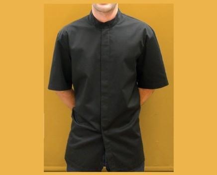 Casaca de hombre. Casaca hombre manga corta con cuello mao y botonadura oculta bajo tapeta. Aberturas laterales