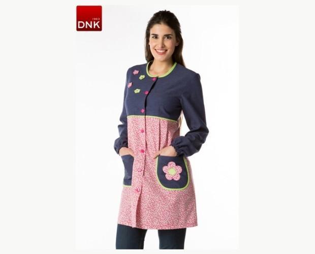 Bata maestra. Manga larga y con cuello redondo, puños de goma, tejido estampado de florecitas rosas combinado con tejido azul navy