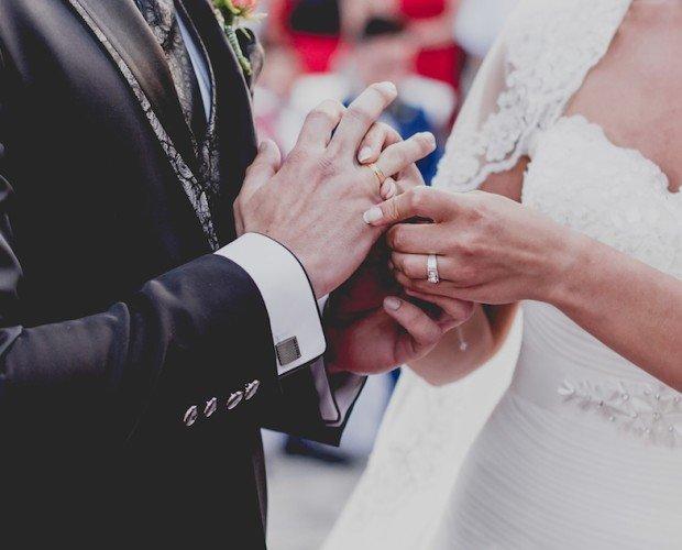 Anillos ceremonia. Novios de Granada poniéndose el anillo en la ceremonia.