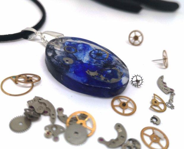 Colgante de resina. Colgante artesanal en estlilo steampunk con unas pocas ruedas de reloj encapsuladas