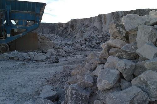 Anhidrita natural. La anhidrita tiene aplicaciones en la construcción, en la fabricación del cemento Portland, morteros autonivelantes, en la del ácido sulfúrico y en la de ciertos fertilizantes.