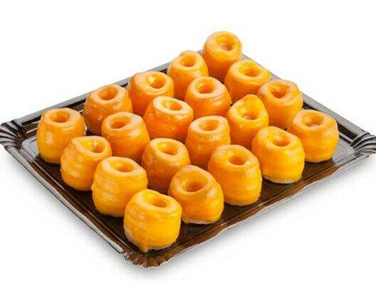 Rosquillas de Alcalá. Delicadas rosquillas de hojaldre bañadas en yema pastelera y cubierta de glasa.