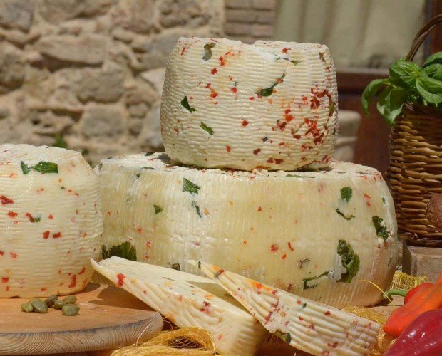 Formaggio Cacio Ghiotto. Enriquecido con olivos, alcaparras y pimiento rojo