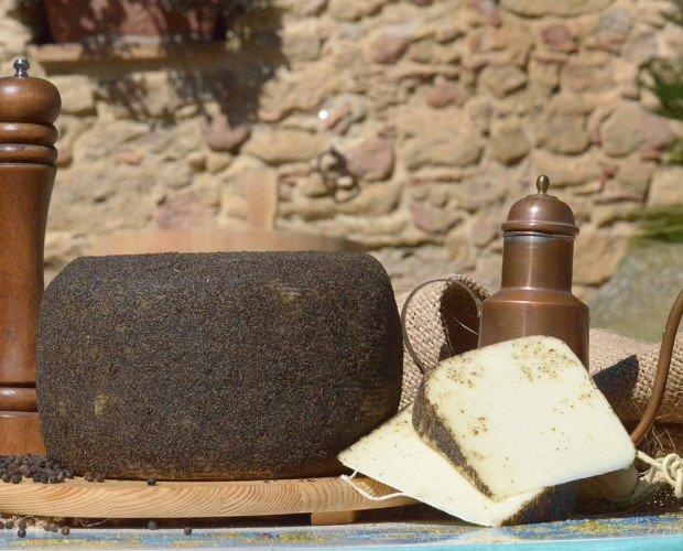 Pecorino Nero Di Sicilia. Madurado con aceite de oliva virgen extra y espolvoreado con pimienta negra