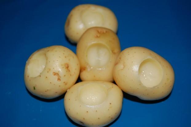 Patata mini vaciada. Patata mini con vaciado para incluir la salsa.