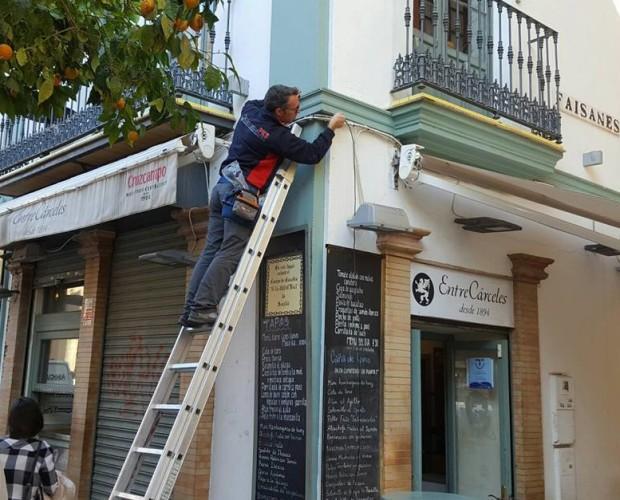 Instaladores de Sistemas de Seguridad.Instalando cámaras de vigilancia