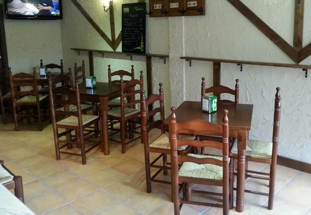 Muebles para Restaurantes.Mesa para bar con pata torneada y sillas