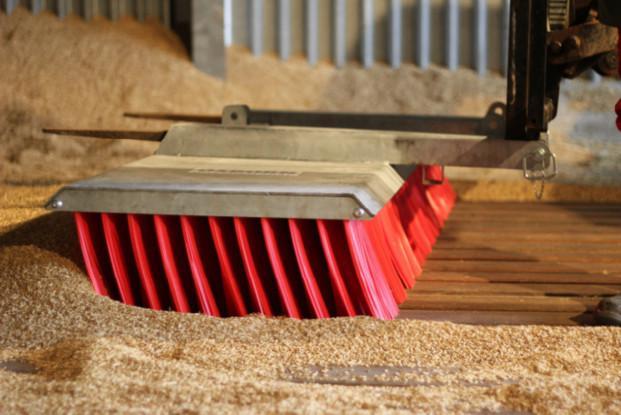 Broomate grano. Limpieza de almacén de cereales