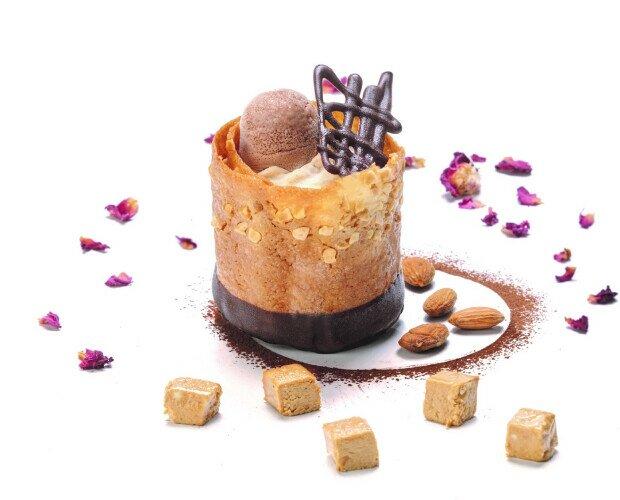Secreto de turrón. Helado de Turrón de Jijona con bola de chocolate y crocanti de almendra Marcona.