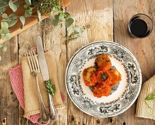 Albóndigas con tomate. Ingredientes: pollo, ternera, zanahoria, pan rallado, huevo, cebolla, sal, azúcar, aceite de girasol, comino, canela, perejil fresco, pimienta negra y tomate frito casero Miplato (tomate, cebolla, pim