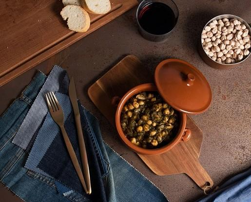Platos Precocinados a Base de Verduras.Ingredientes: espinacas, garbanzos, cebolla, aceite de oliva virgen extra, vinagre, ajo, sal, comino, pimentón dulce y pimienta blanca.
