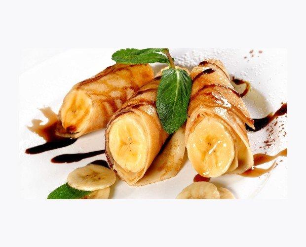 Crepes de Banana. Deliciosos crepes de bananas bañado en salsa de caramelo