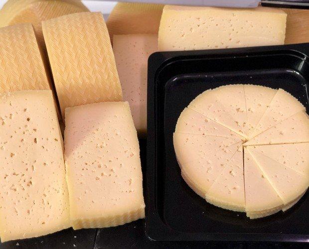 Quesos loncheados. Quesos mezcla oveja y vaca, queso oveja, queso ahumado, queso mahón, queso edam.