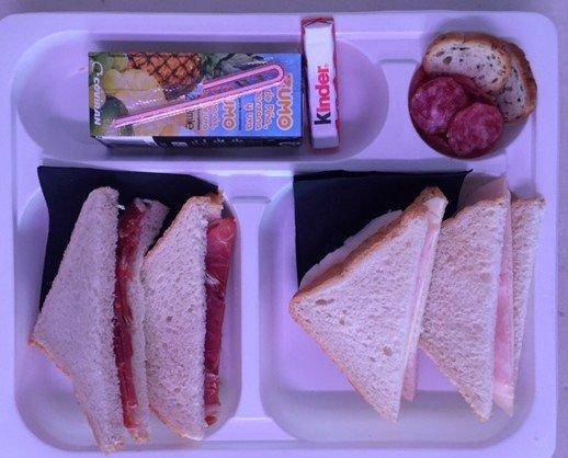 Meriendas. Merienda de sandwiches, bebidas y dulces para pícnics.