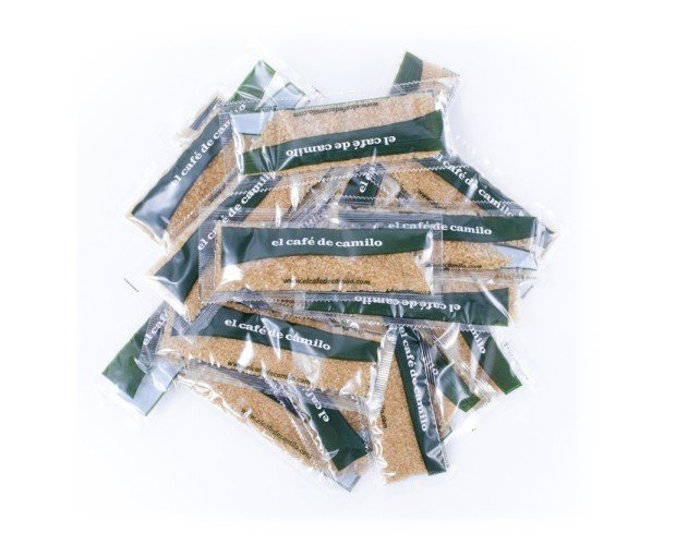Azúcar moreno. Ofrecemos sobres monodosis en caja de 400 unidades.