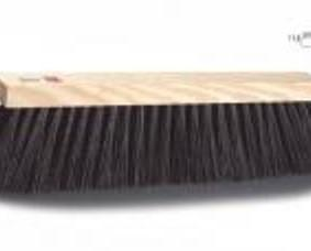 Cepillos.Cepillo para uso en exteriores, con resistente taco de madera y cerdas de alta calidad.