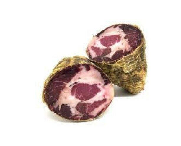 Capocollo. En salame hecho de la cabeza de la paletilla o del cuello de cerdo