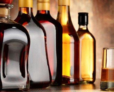 Bebidas Alcohólicas. Botellas de vino tinto