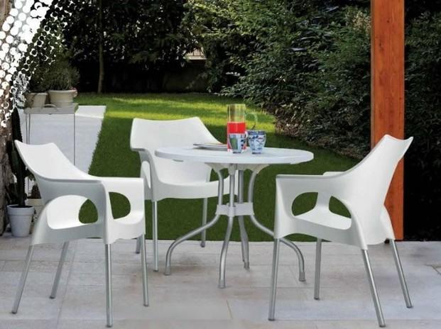 Mobiliario. Taburetes, mesas, sillas
