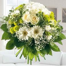 Flores.Ramo de flores variadas en tonos blancos.
