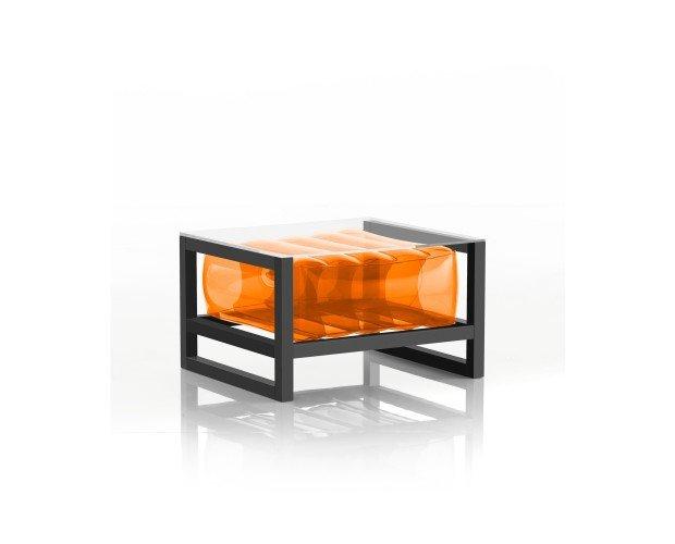 Mesa Café Naranja. Juega con los contrastes entre un asiento naranja y un marco de metal negro gráfico