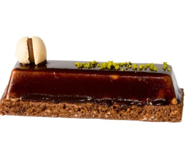 Lingote de chocolate y avellanas. Todos alimentos artesanales.