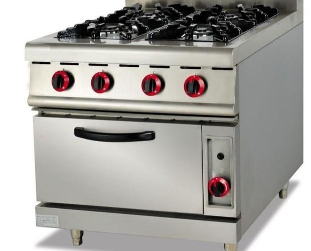 Cocina industrial. Con cuatro fogones y horno