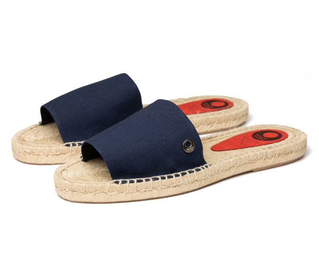 ALPARGATAS SANDALIA. Alpargatas sandalia sobre piso de yute trenzado.