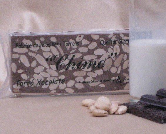 Dulces de Navidad. Turrones. Turrón a base de cobertura de chocolate con leche y almendra marcona