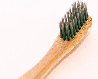 Cepillo de dientes de bambú . Nuestro cepillo es ecológico fabricado con bambú 100% biodegradable y compostable