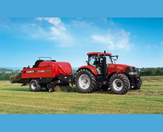 . Tractor en plena faena en el campo