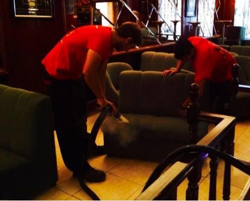 Limpieza y desinfección de sofa. Servicios con trabajadores especializados