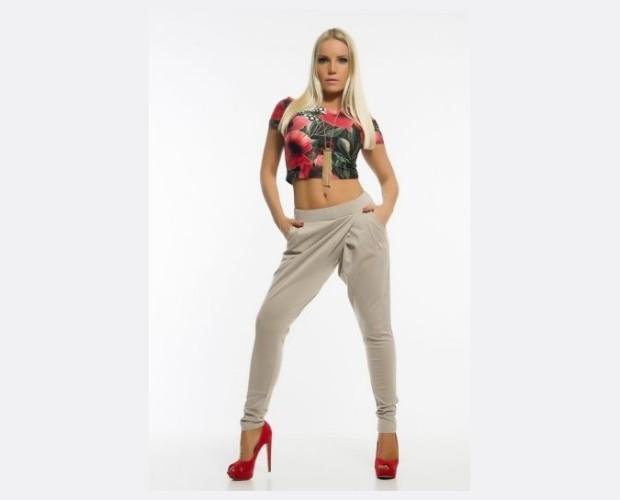 Pantalones beige. Pantalones con bolsillos laterales y cintura con goma.