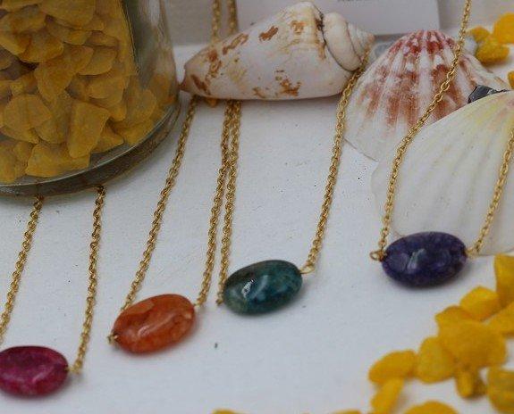 Cadenas de colores. Collares de diferentes colores